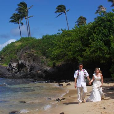 How to Organize a 1970s Hawaiian Themed Wedding